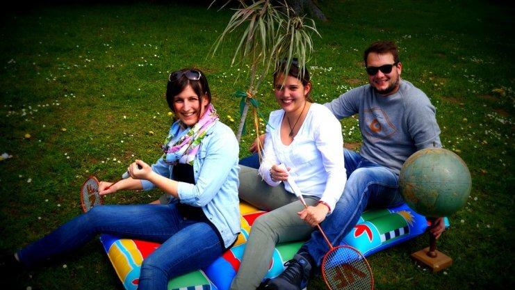 Drei junge Menschen werben für die Ferienspiele