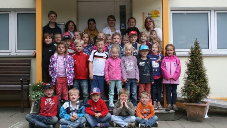Gruppenfoto von Kindergartenkindern und Betreuungspersonen vor dem Haus Sonnenwinkel