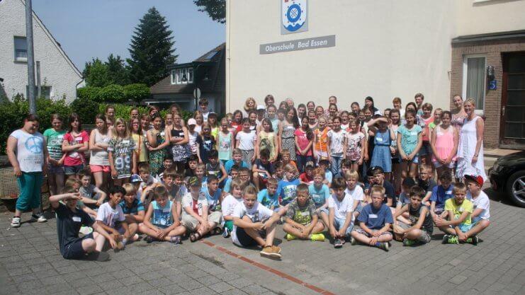 Gruppenfoto von Schulkindern vor der Oberschule Bad Essen