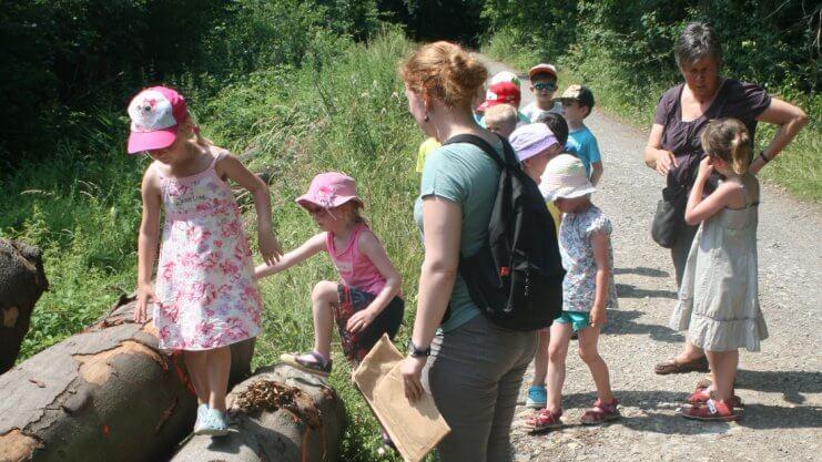 Kinder und Betreuungspersonen auf Erkundungstour in der Natur
