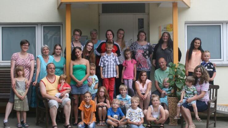 Gruppenfoto vor dem Haus Sonnenwinkel