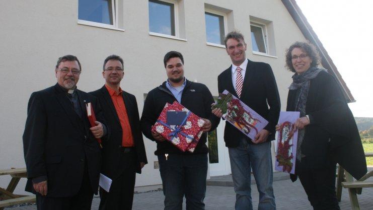 Gruppenfoto mit Geschenken in der Hand