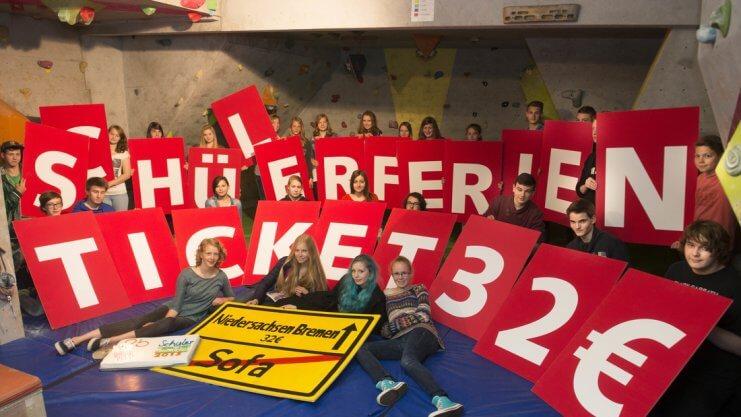Schüler mit großen, farbigen Buchstaben werben für das Schülerferienticket