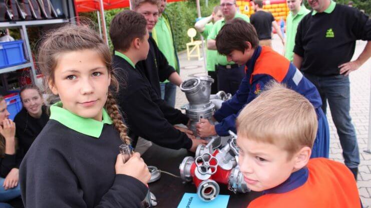 Kinder an einer Station der freiwilligen Feuerwehr in Bad Essen