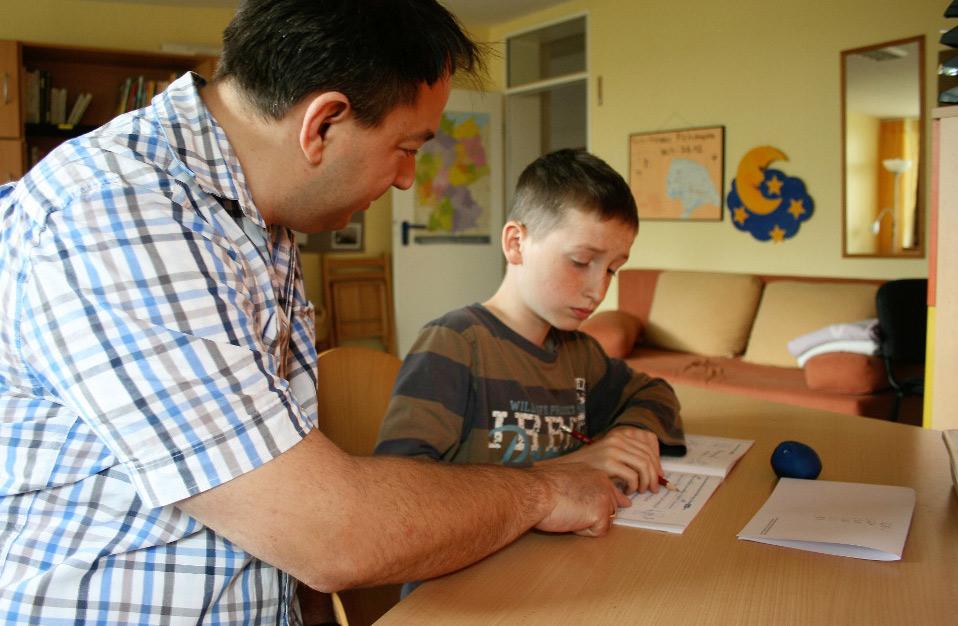 Ein Kind lernt gemeinsam mit einem Erwachsenen