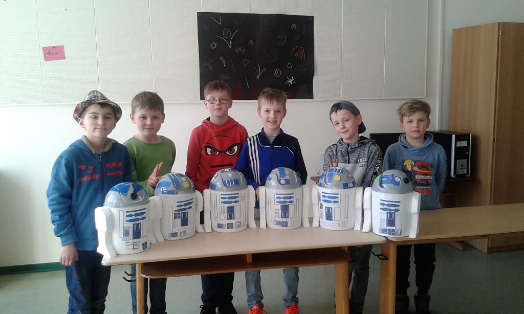 Sechs Jungen mit ihren selbstgebauten Roboter-Mülleimern