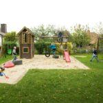 Kinder spielen auf dem Spielplatz der Tagesgruppe
