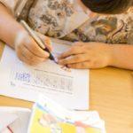 Ein Kind erarbeitet einen Arbeitszettel