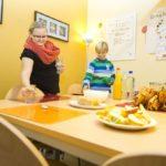 Kinder decken gemeinsam den Tisch