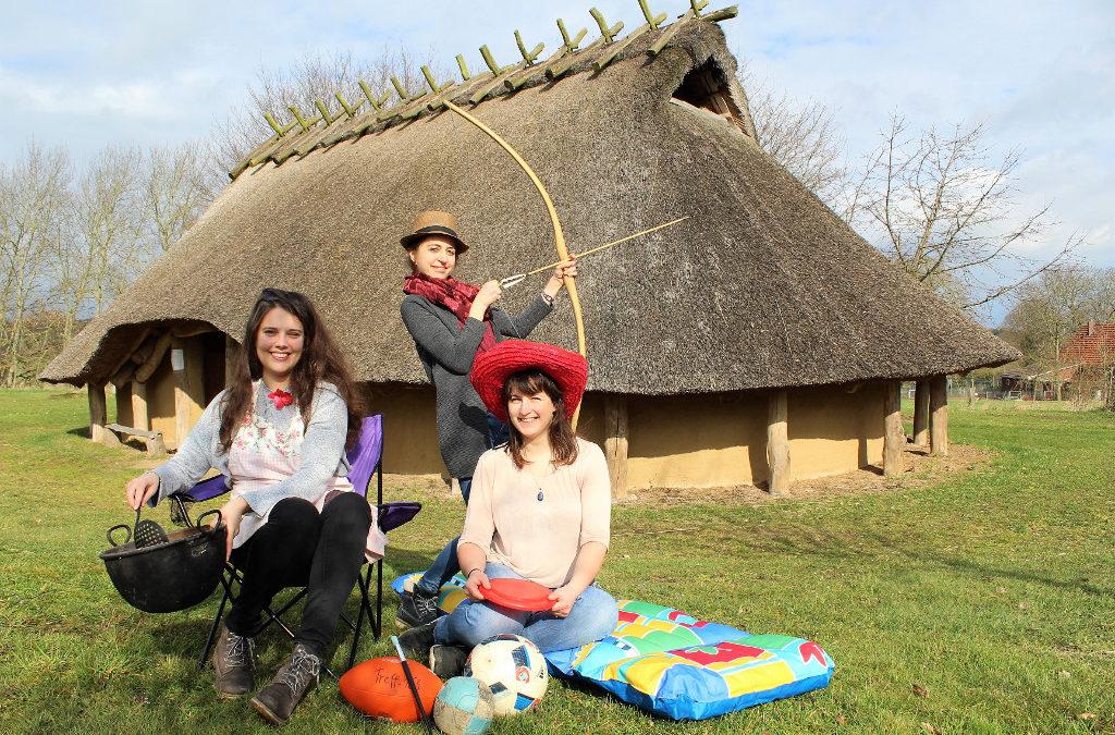 Drei Frauen mit Ferienspielaktionen vor dem Eisenzeithaus
