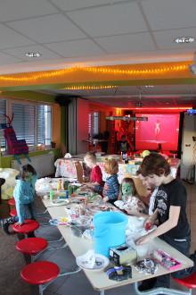 Kinder im Bad Essener Trio basteln zum Thema Fortnite