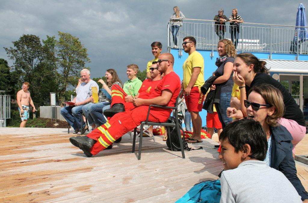 Das Team vom DLRG schaut Kindern beim Baden zu