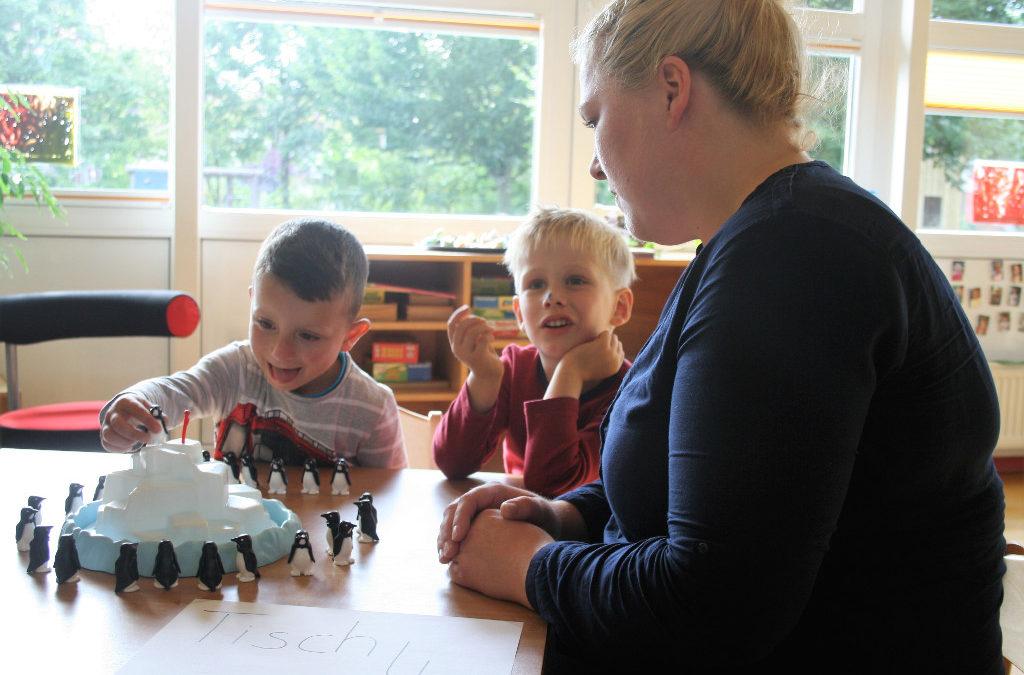 Frau und zwei Kinder spielen ein Spiel