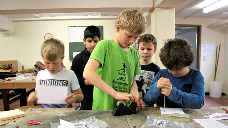Jungen werken mit Holz