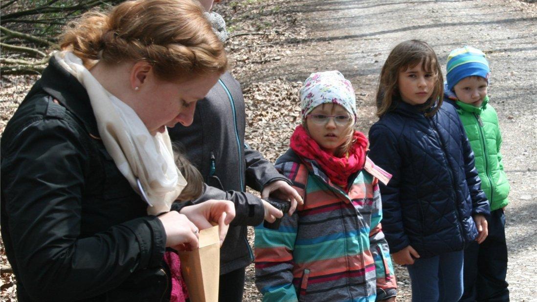 Vorschulkinder und Betreuungsperson im Wald