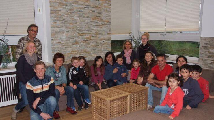 Gruppenaufnahme von Kindern und Erwachsenen auf dem Sofa vom Haus Sonnenwinkel