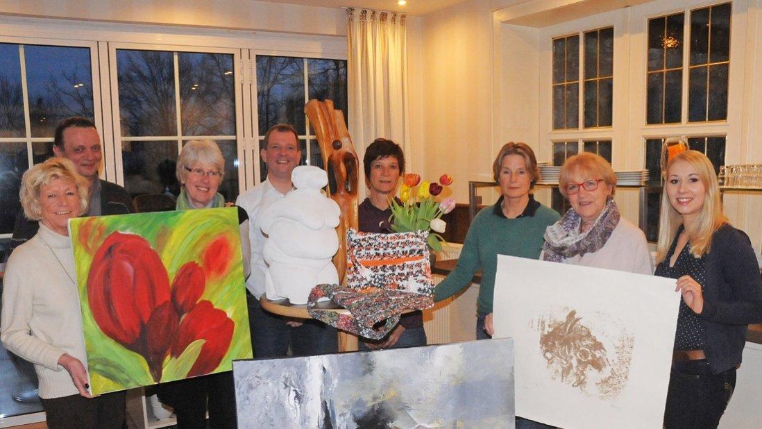 Gruppenfoto der Künstlergruppe und ihren Werken