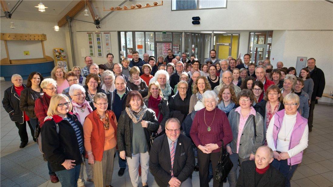 Gruppenfoto mit vielen Menschen vom Ehrenamtstag