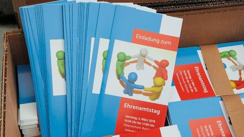 Ein Karton voller Flyer zum Ehrenamtstag