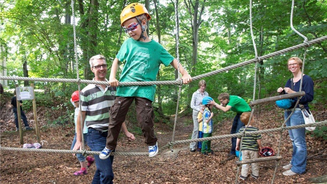Kinder und Erwachsene im Kletterpark