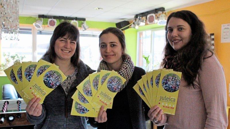 Drei Frauen halten die Juleica Flyer in den Händen