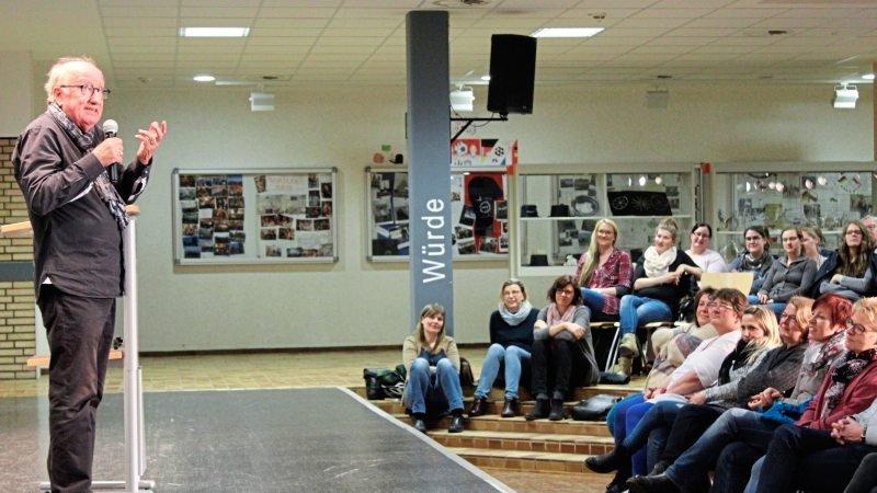 Jan-Uwe Rogge hält vor Eltern einen Vortrag