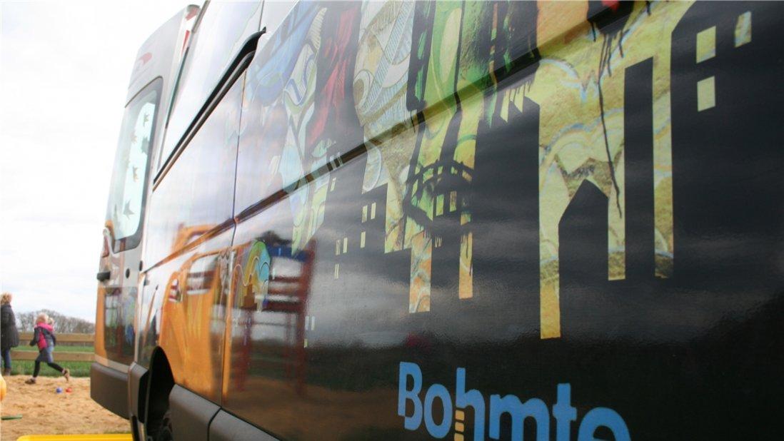 Detailaufnahme eines künstlerisch gestalteten Kleinbusses