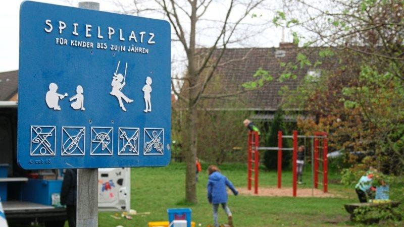 Detailaufnahme eines Spielplatzschildes