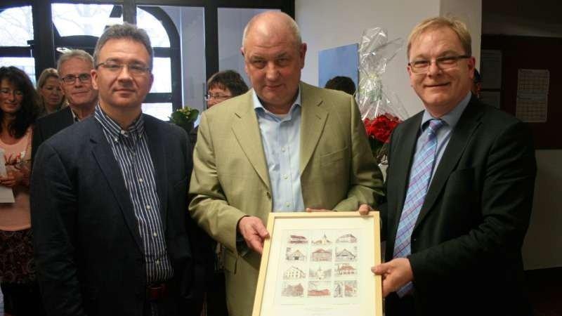 Tim Ellmer, Heinrich Mackensen und Klaus Goedejohann halten einen Bilderrahmen