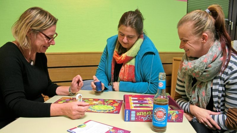 Mütter beim Spielen eines Gesellschaftsspiels