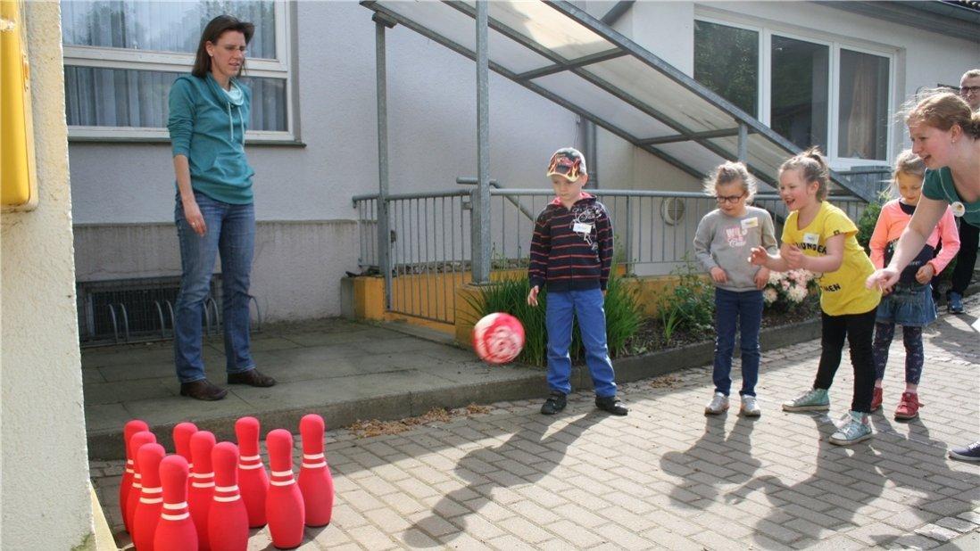 Kinder beim Bowling spielen draußen