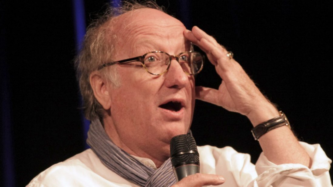 Jan-Uwe Rogge mit Mikrofon in der Hand