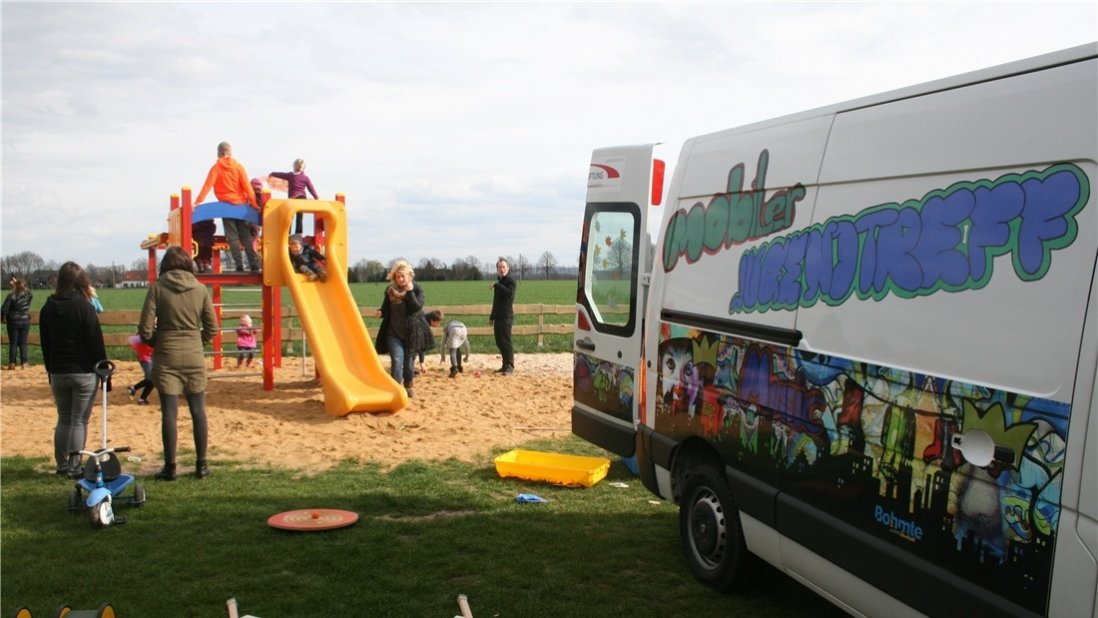 Mobiler Jugendtreff Bulli auf dem Spielplatz