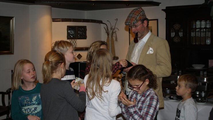 Norbert Schulte verkleidet als Inspektor Vender mit Kindern