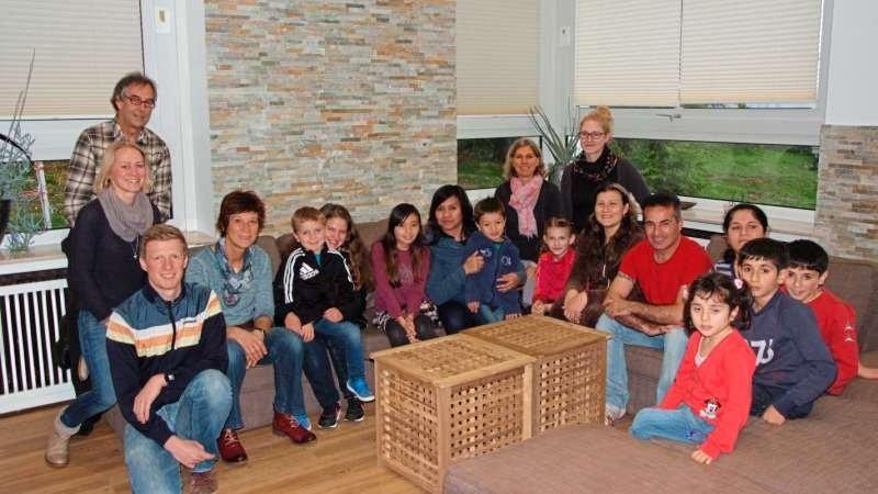 Gruppenaufnahme auf dem Sofa im Haus Sonnenwinkel von Kindern und Erwachsenen