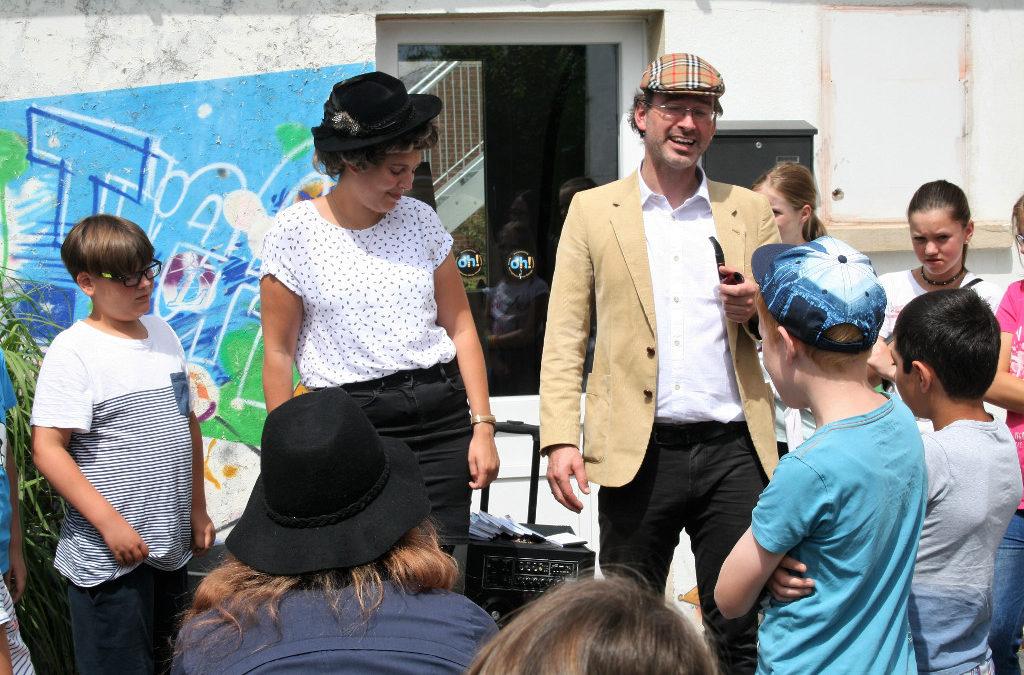 Inspektor Vender mit Kindern