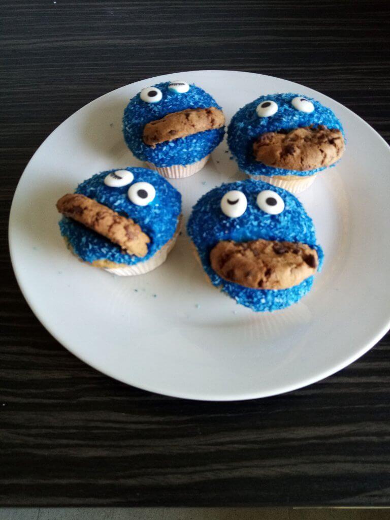 Vier Krummelmonster Muffins auf dem Teller