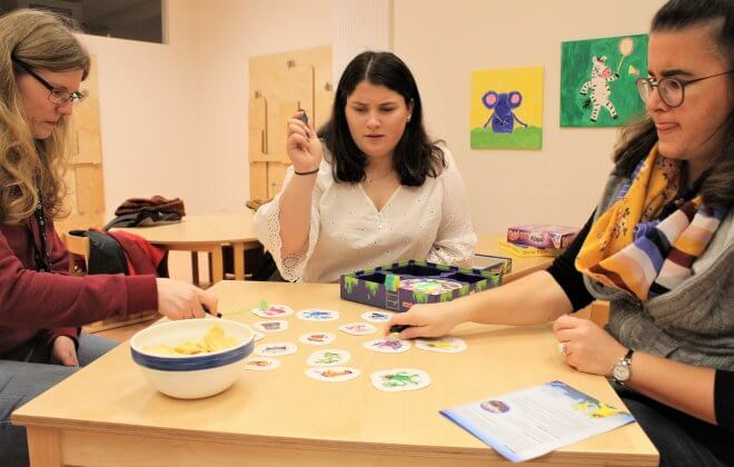 Frauen spielen ein Spiel am Tisch