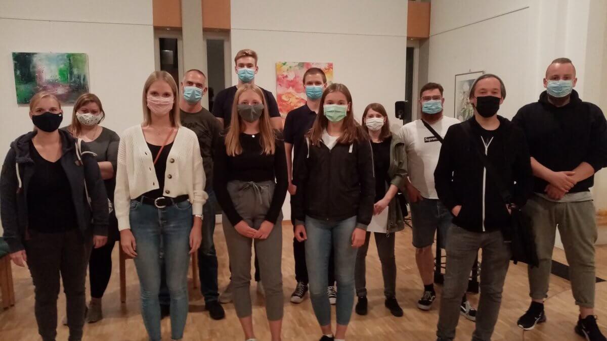 Gruppenfoto mit Masken