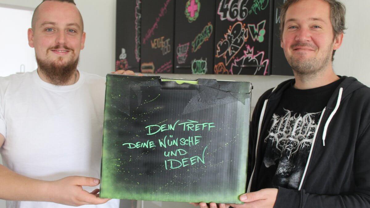 Robin Herzberg und Sebastian Stolle mit Wunsch- und Ideenbox in der Hand